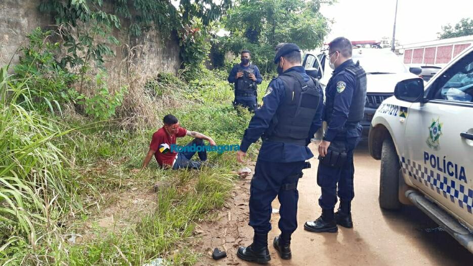 Bandidos roubam trabalhador, fogem, batem carro e acabam presos