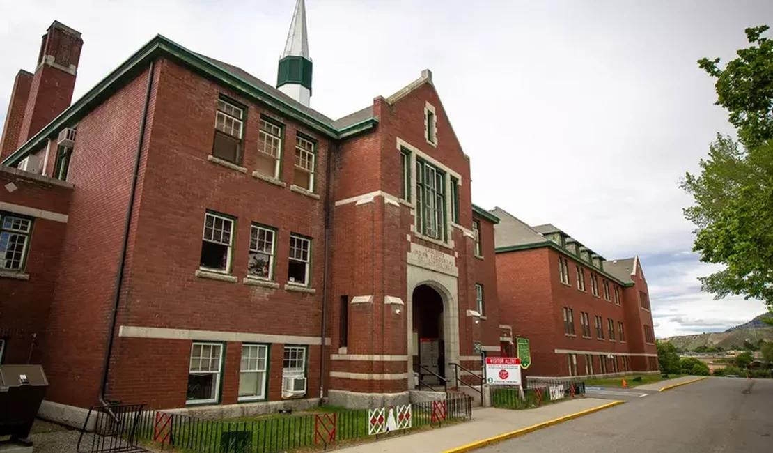 215 crianças são achadas enterradas perto de escola no Canadá