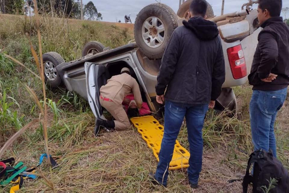 Motorista perde o controle da direção e capota caminhonete na RO 133