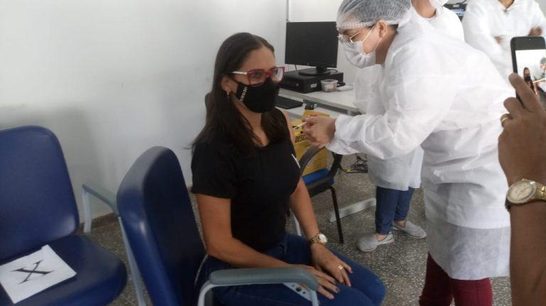 Profissionais da Educação recebem primeira dose da vacina contra a covid-19, em Rolim de Moura