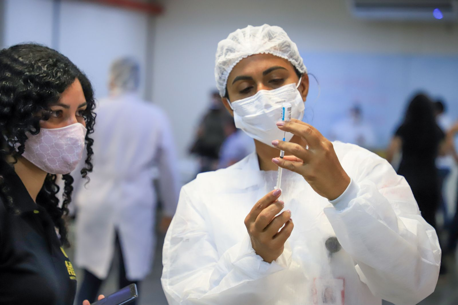 Profissionais da educação são vacinados e vivem expectativa de volta às aulas presenciais