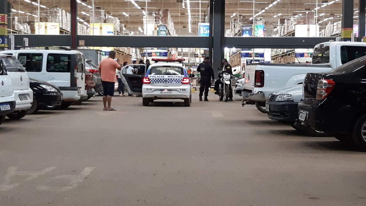 Criminoso rouba bolsa com quase R$5 mil de cliente em hipermercado na capital