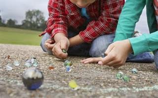 Menino de 4 anos morre ao engolir uma bolinha de gude enquanto brincava