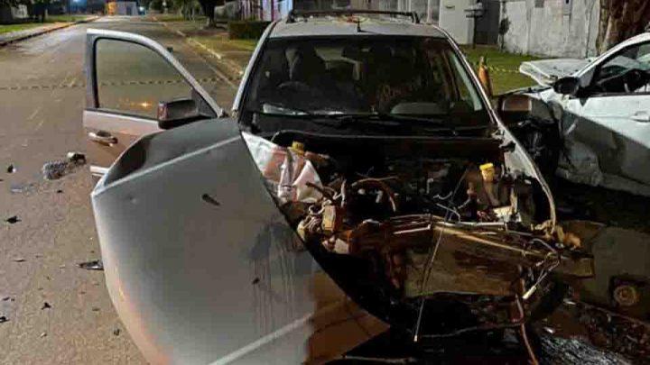 Carros ficam destruídos após colisão em cruzamento