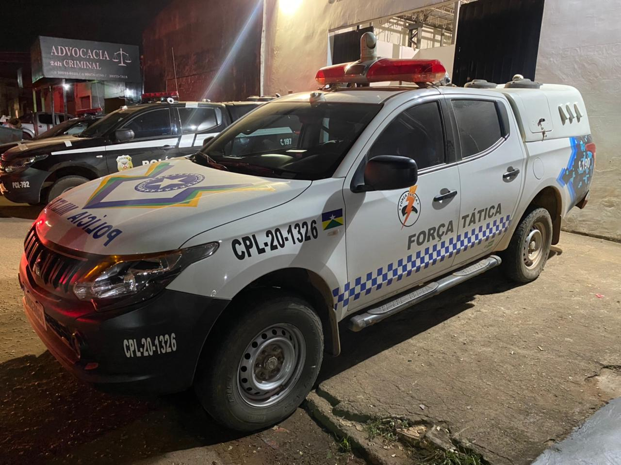 Mulher é presa após xingar e dá tapa em policial