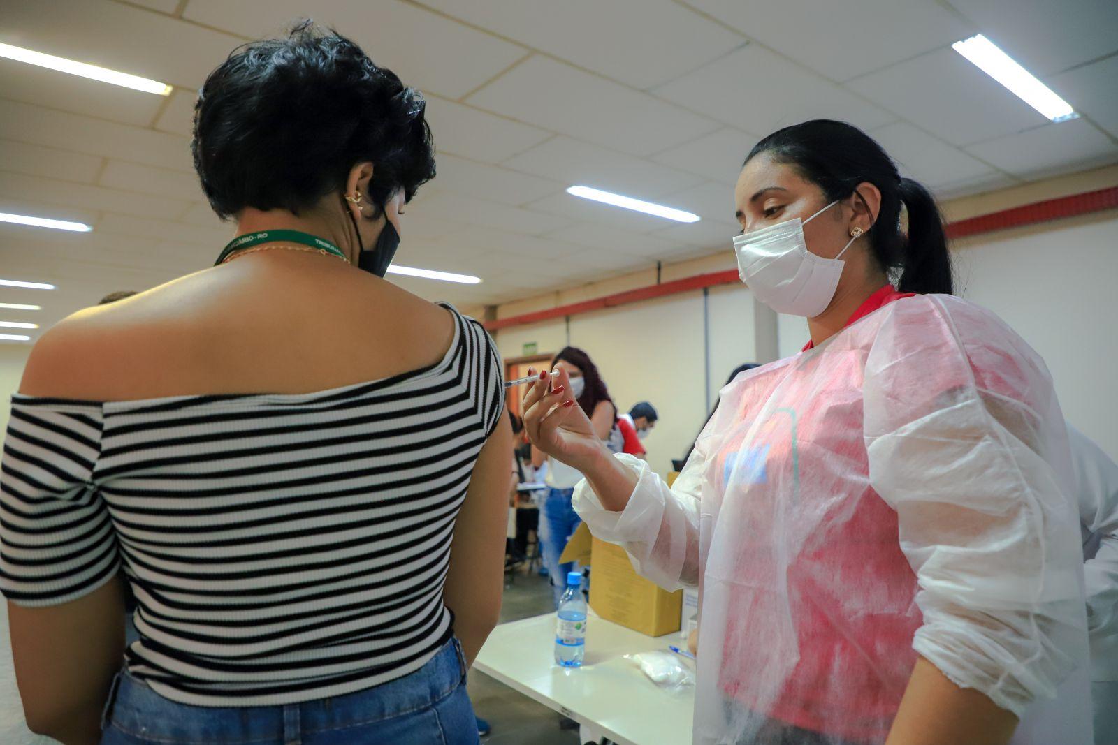 Vacinação segue com público 35+ nesta terça-feira (13) em Porto Velho