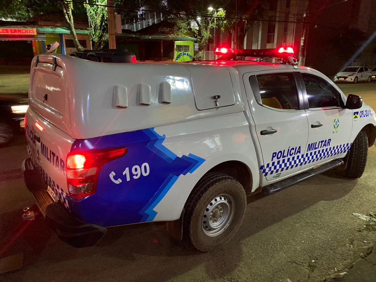 Criminosos invadem residência e fogem levando pick-up com vários objetos