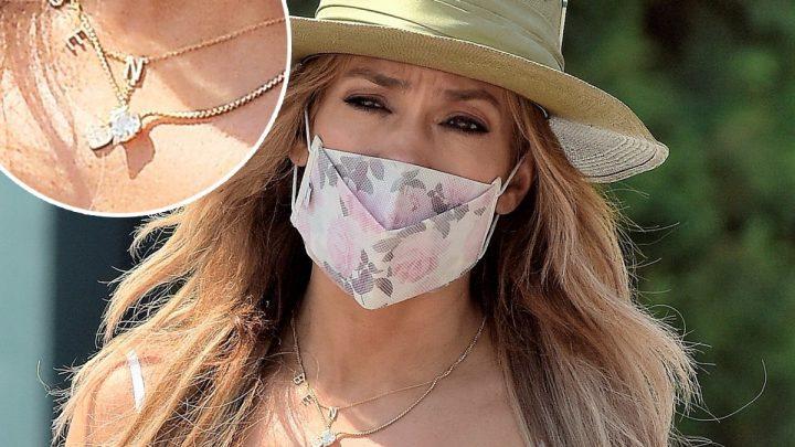 Jennifer Lopez desfila com colar com nome de Ben Affleck no pescoço