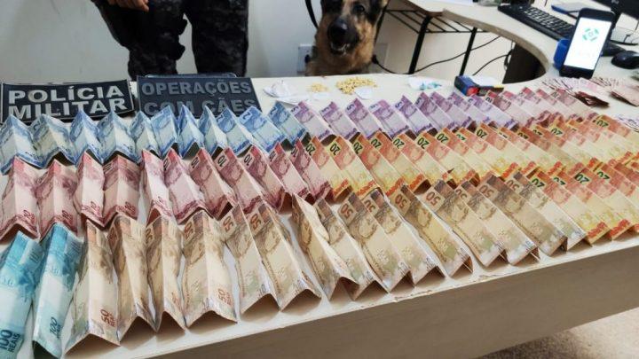 """Policia Militar estoura """"Boca de Fumo do Vovô"""" detém acusado, apreende droga, dinheiro e objetos"""