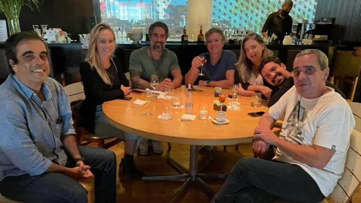Marcos Mion brinda com Boninho após contratação pela Globo