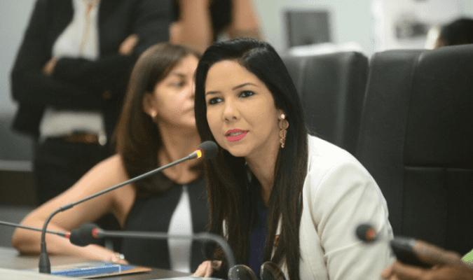 Cristiane Lopes assume como adjunta da Seduc e ganha troféu do ano por trairagem política