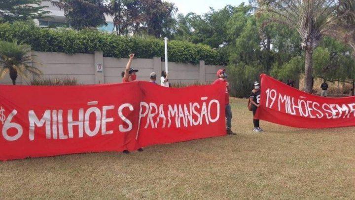 MTST protesta contra fome em frente à mansão de R$ 6 milhões de Flávio Bolsonaro